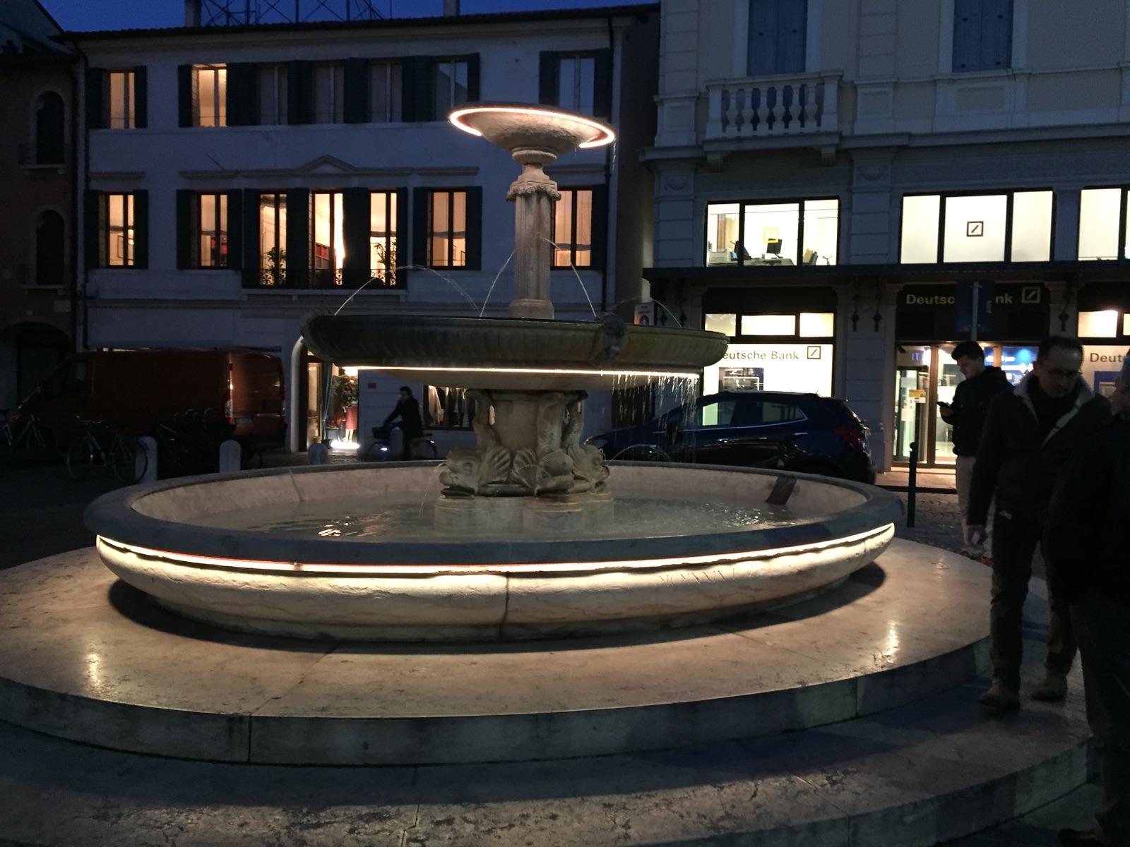 La fontana illuminata di bianco caldo
