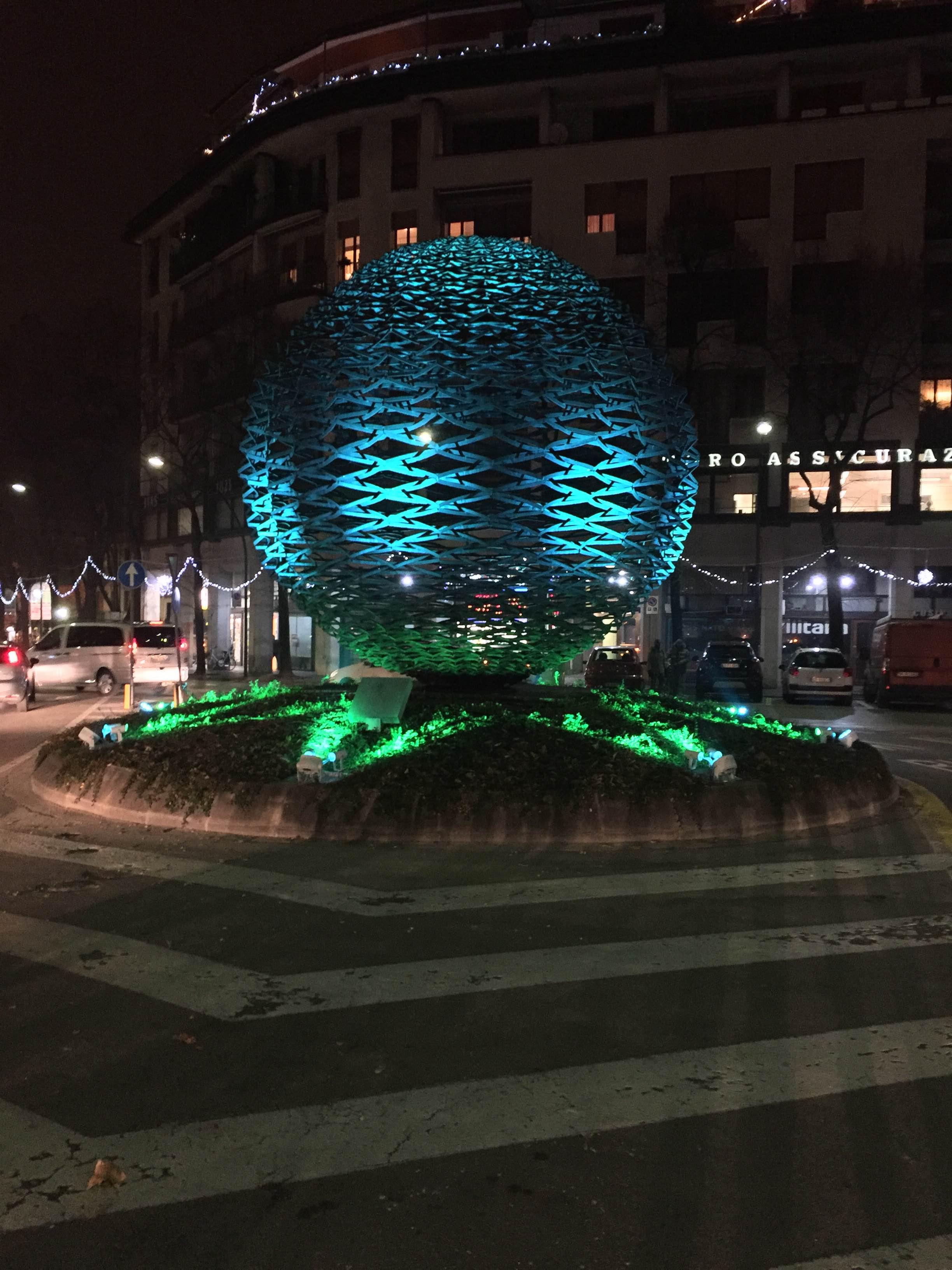 Illuminazione Grande Sfera in Via Roma a Treviso.