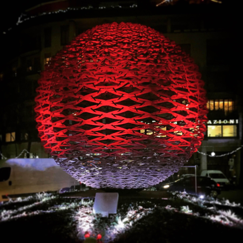 Illuminazione Grande Sfera in Via Roma a Treviso. Colorazione natalizia